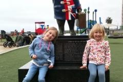 Leah en Ollie bij Paddington bear in Lima